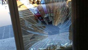 La puerta de TV-3 tras recibir el impacto de un coche