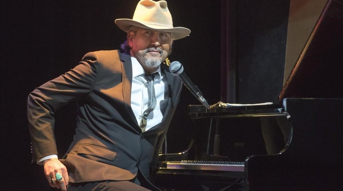 Howe Gelb, sentado al piano, en el concierto del miércoles en El Molino.