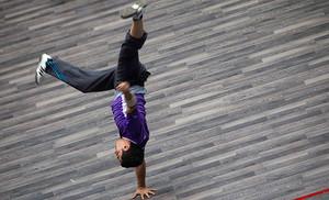 Un joven iraní durante su participación en el campeonato nacional masculino de parkour que se celebra en Teherán.