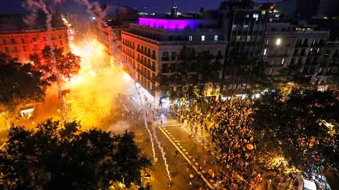 Incidentes en Via Laietana el quinto día de disturbios violentos en Barcelona, este viernes
