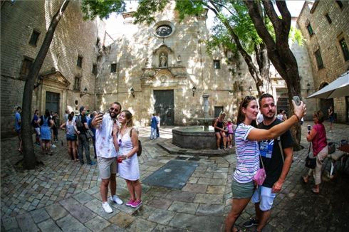 Turistas en la plaza Sant Felip Neri, de Barcelona, el verano pasado.