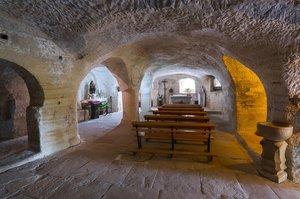 Interior de la ermita rupestre de Santa María de Valverde.