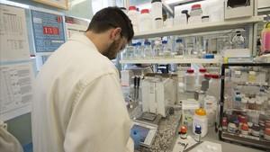 Investigador trabajando en un laboratorio químico.