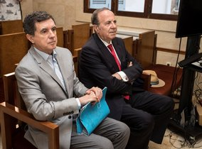 El expresidente del Govern balear Jaume Matas (i) y el exconseller de Interior y antiguo delegado del Gobierno José María Rodríguez (d), durante el juicio por el caso Over en la Audiencia de Palma de Mallorca.