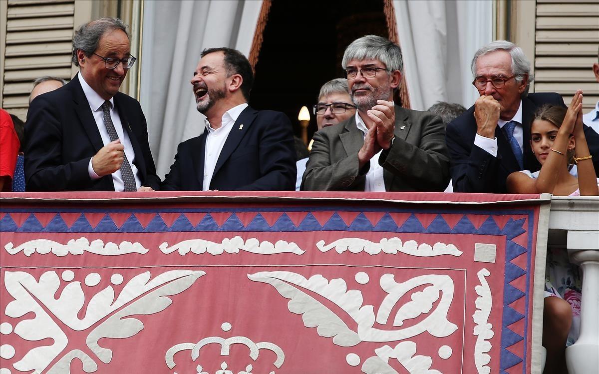 Torra, Bosch, el concejal Agustí Colom y el exalcalde Trias en el balcón del ayuntamiento, este lunes.