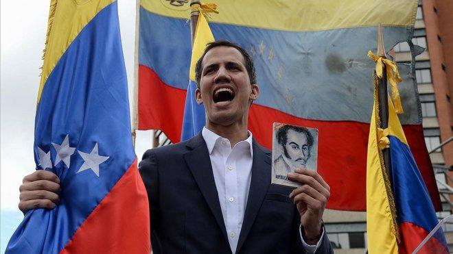 El jefe de la Asamblea Nacional de Venezuela, Juan Guaido, se declara presidente interino del país durante un mitin de oposición contra el líder Nicolás Maduro.