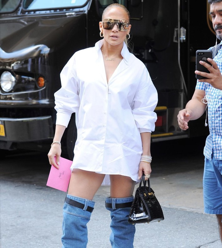 Jennifer Lopez posa con botas mosqueteras vaqueras, a su llegada a los estudios MTV, en Nueva York.