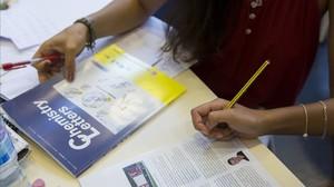 Una estudiante de Química de la UB con un manual en inglés.