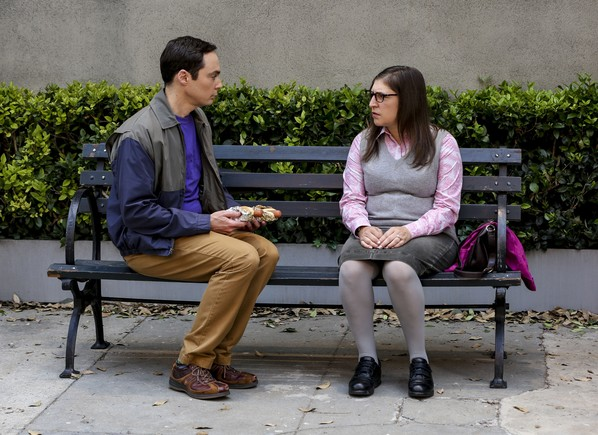 Jim Parsons y Mayim Bialik, como Sheldon y Amy en The big bang theory.