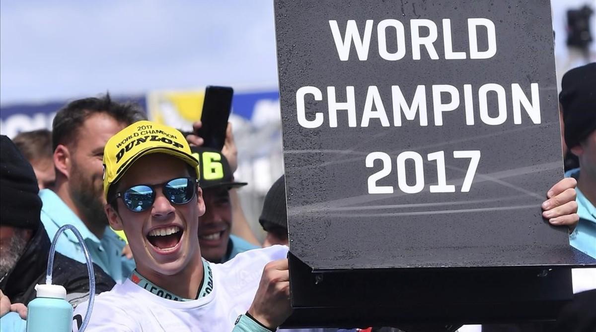 Joan Mir celebra, en el 'corralito' de Phillip Island, su flamante título mundial de Moto3.
