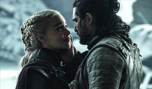 Jon Nieve (Kit Harington) y Daenerys Targaryen (Emilia Clarke), en el último episodio de 'Juego de tronos'.