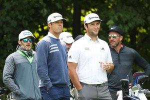 Jon Rahm conversa con su caddie Adam Hayes durante la última ronda de práctica del US Open