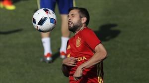 Jordi Alba controla un balón durante un entrenamiento en Saint Martín de Ré.