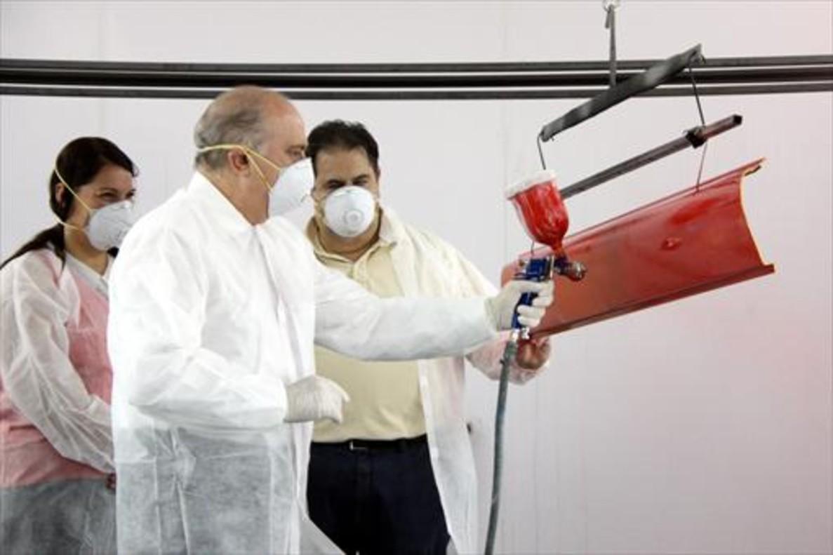 Jorge Fernández Díaz, durante su visita a lafábrica Pinter.