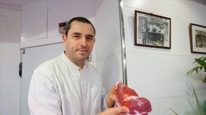 Mario Batllori, dueño de Carns Batllori del Mercado de la Barceloneta, con una pieza de ternera.