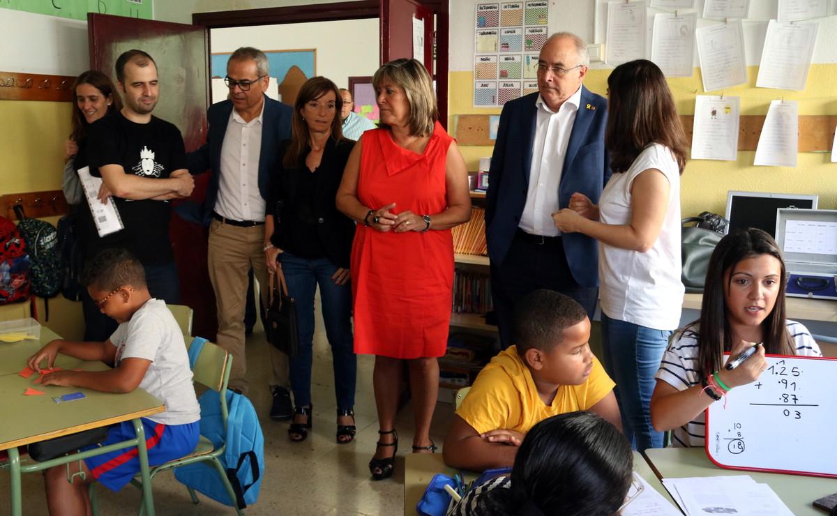 Josep Bargalló y Núria Marín durante su visita a la escuela Joaquim Ruyra este viernes
