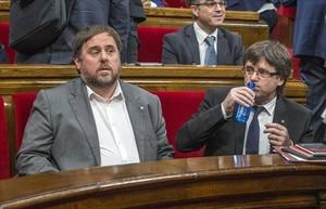 El president Puigdemont y el vicepresidente Oriol Junqueras,en el Parlament.