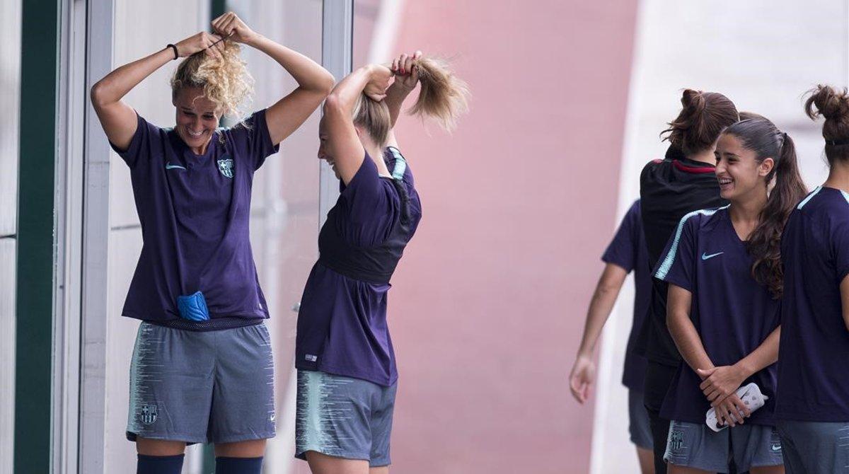 Kheira Hamraoui y Toni Duggan se preparan para un entrenamiento en la ciudad deportiva.