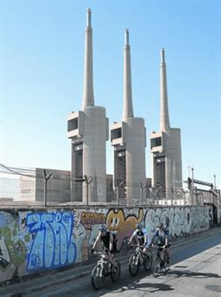 Las tres imponentes chimeneas de la central de Sant Adrià de las que casi solo queda el hormigón.