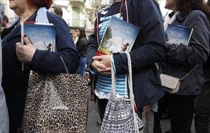 Lectores hacen cola para que Rafel Nadal les firme su libro 'El fill de l'italià'.