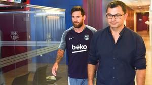 Leo Messi y el doctor Ricard Pruna, en los servicios médicos de Sant Joan Despí.