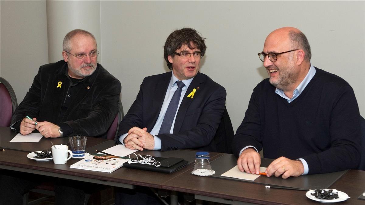 Carles Puigdemont, entre el 'exconseller' Lluís Puig y el diputado de JxCat Eduard Pujol, en Bruselas