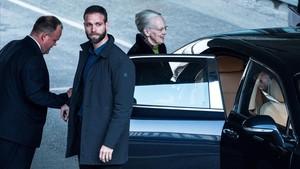 La reina Margarita, a su salida del hospital tras visitar a su marido, este viernes.