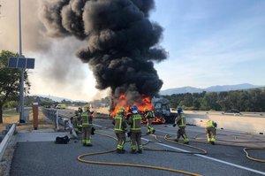 Los bomberos sofocan las llamas de un camión incendiado en la AP-7.