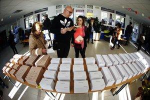 GRAF9259. MADRID, 28/04/2019.- Los primeros votantes del colegio público Pinar del Rey de Madrid recogen papeletas electorales para ejercer su derecho al voto. Los colegios electorales han abierto sus puertas a las 09:00 horas para recoger el voto de los casi 36,9 millones de electores que decidirán este domingo en los comicios generales el reparto de los 350 escaños del Congreso de los Diputados y los 208 del Senado durante la próxima legislatura. Tras la constitución de las mesas a las ocho de la mañana con la comprobación de que estaban los miembros necesarios y la lectura de los manuales, a las nueve de la mañana los electores han comenzado a acudir a las urnas, en una jornada que estará marcada por el sol y con temperaturas, en general, al alza en casi todo el país.-EFE/Javier Lizón.