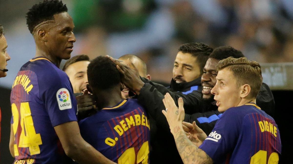 Los jugadores del Barça celebran el gol de Dembélé.