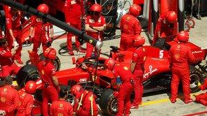 Los mecánicos preparan el coche de Vettel, en Spielberg.