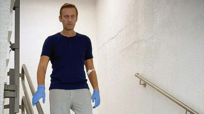 Los médicos dan el alta a Navalni y confían en su completa recuperación. En la foto, Navalni en el hospital de Berlín en el que se ha recuperado.