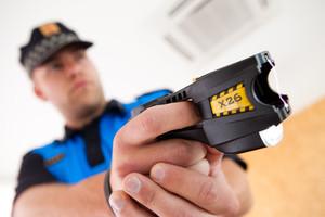Un agente de la Policia Local de Sant Andreu de Llavaneres enseña una pistola Taser.