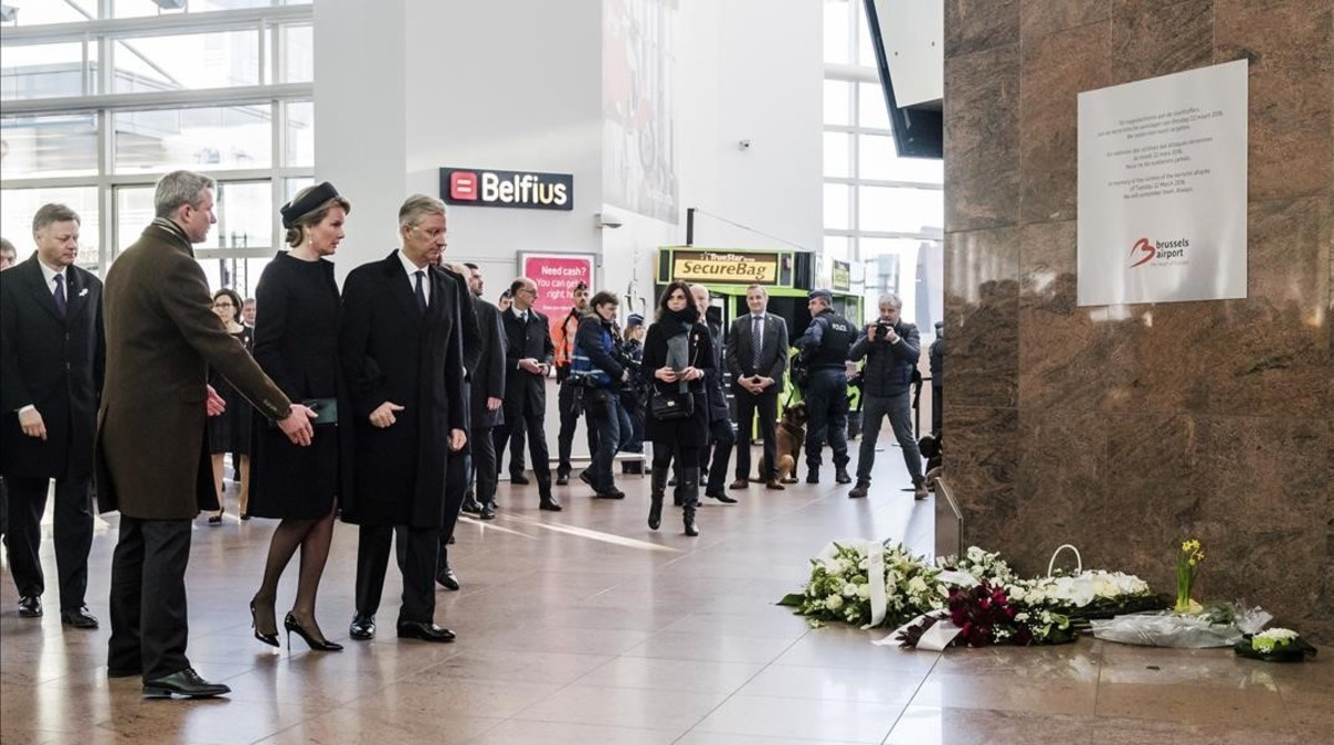 Los reyes Felipe y Matilde, a su llegada al acto de homenaje en el aeropuerto de Bruselas, el 22 de marzo.