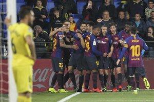 Luis Suárez recibe la felicitación de todos sus compañeros después del golazo con el que salvó el empate