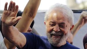 Lula saluda a sus seguidores frente a la sede del sindicato metalúrgico.