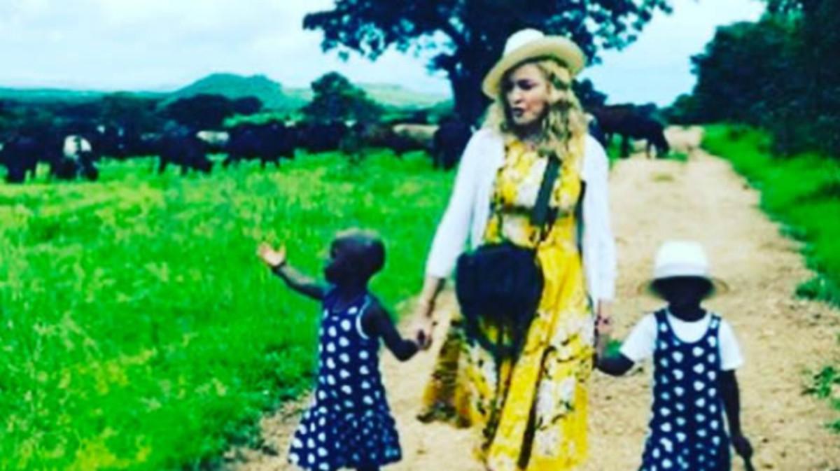 La fotografía que subió Madonna a su cuenta de Instagram para presentar a sus dos gemelas, tras adoptarlas en Malaui.