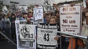 Manifestación en Ciudad de México, en el 2015,en apoyo a los familiares y amigos de los 43 estudiantes de Ayotzinapa desaparecidos