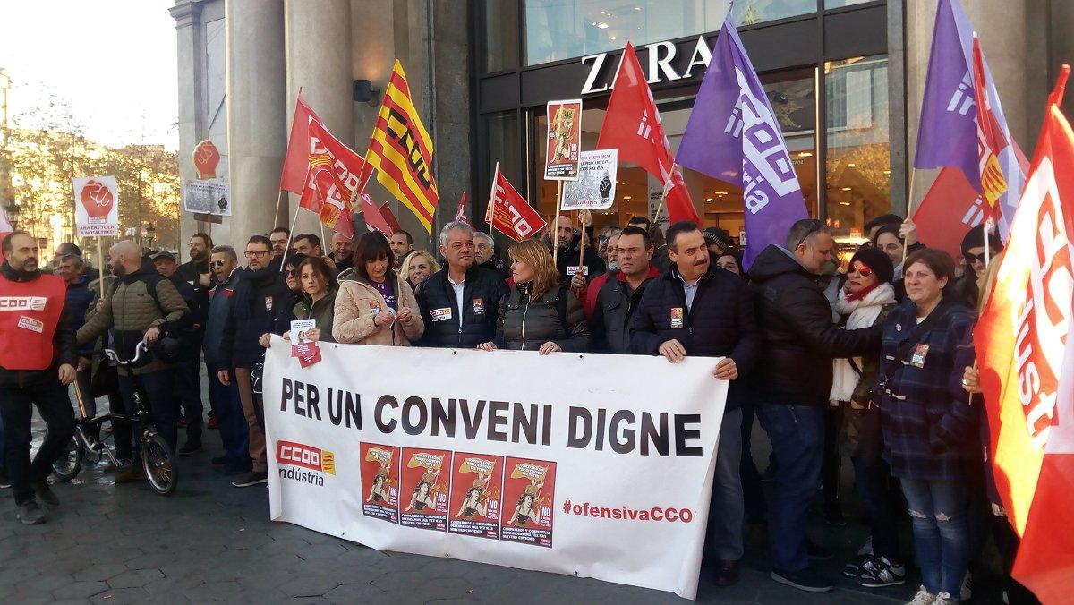 Concentración de delegados de CCOO frente a una tienda de Zara con motivo del conflicto sindical por el nuevo convenio del textil.