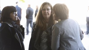 Maria Pilar Casanovas (centro) y María Eugenia Morante (derecha), este jueves, en la Ciutat de la Justícia tras acudir al juicio por el caso Palau.