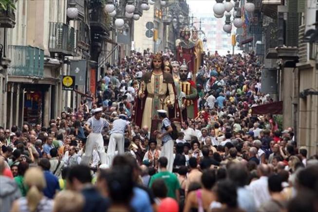 La Mercè se ha convertido en una reivindicación de las tradiciones, representadas especialmente por el desfile de 'gegants' y la vibrante emoción de los 'castells'.