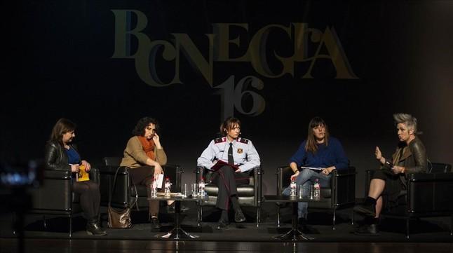 Mesa redonda en BCNegra sobre violencia contra las mujeres, con (de izquierda a derecha) la periodistaFatima Llambrich, la profesora de periodismoJoana Gallego, la mossa d'esquadra Anna Choy, la psicólogaAlba Orteu y la escritora escocesa de novela negraDenise Mina.
