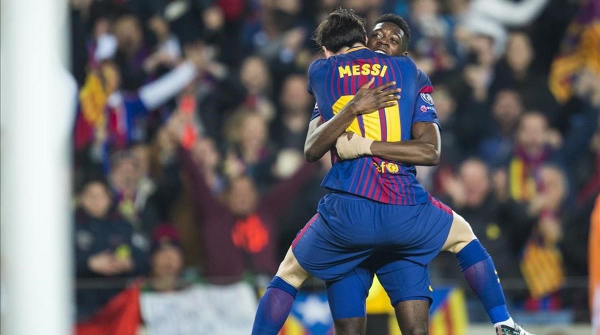 Messi abraza a Dembélé tras el gol del joven francés al Chelsea.