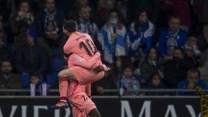 Messi celebra con entusiasmo el gol de Dembélé.