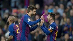 Messi es felicitado por Piqué tras el gol al Espanyol.