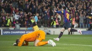 Messi festeja el 2-0 con un De Gea abatido tras su gran error en el Camp Nou.