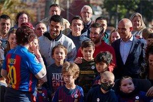 Messi y Suárez visitan a los niños de la Casa Ronald McDonald, en Barcelona.