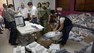 Miembros del Ejército custodian un colegio electroalen la ciudad de Culiacan, enSinaloa, que se prepara para las elecciones de este domingo.