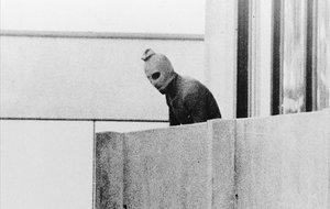 Un miembro de los comandos árabes en la Villa Olímpica de Múnich, en 1972.