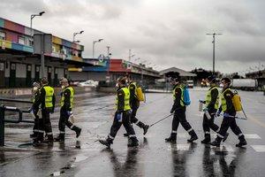 Militares de la UME ayudan a la desinfección en Mercamadrid este domingo.